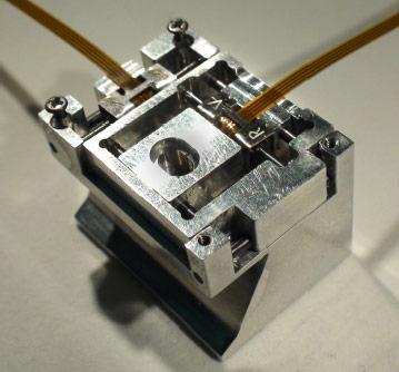 図1.プロトタイプ駆動機構の走査電子顕微鏡薄膜透過像観察ホルダへの応用例 装着ホルダ